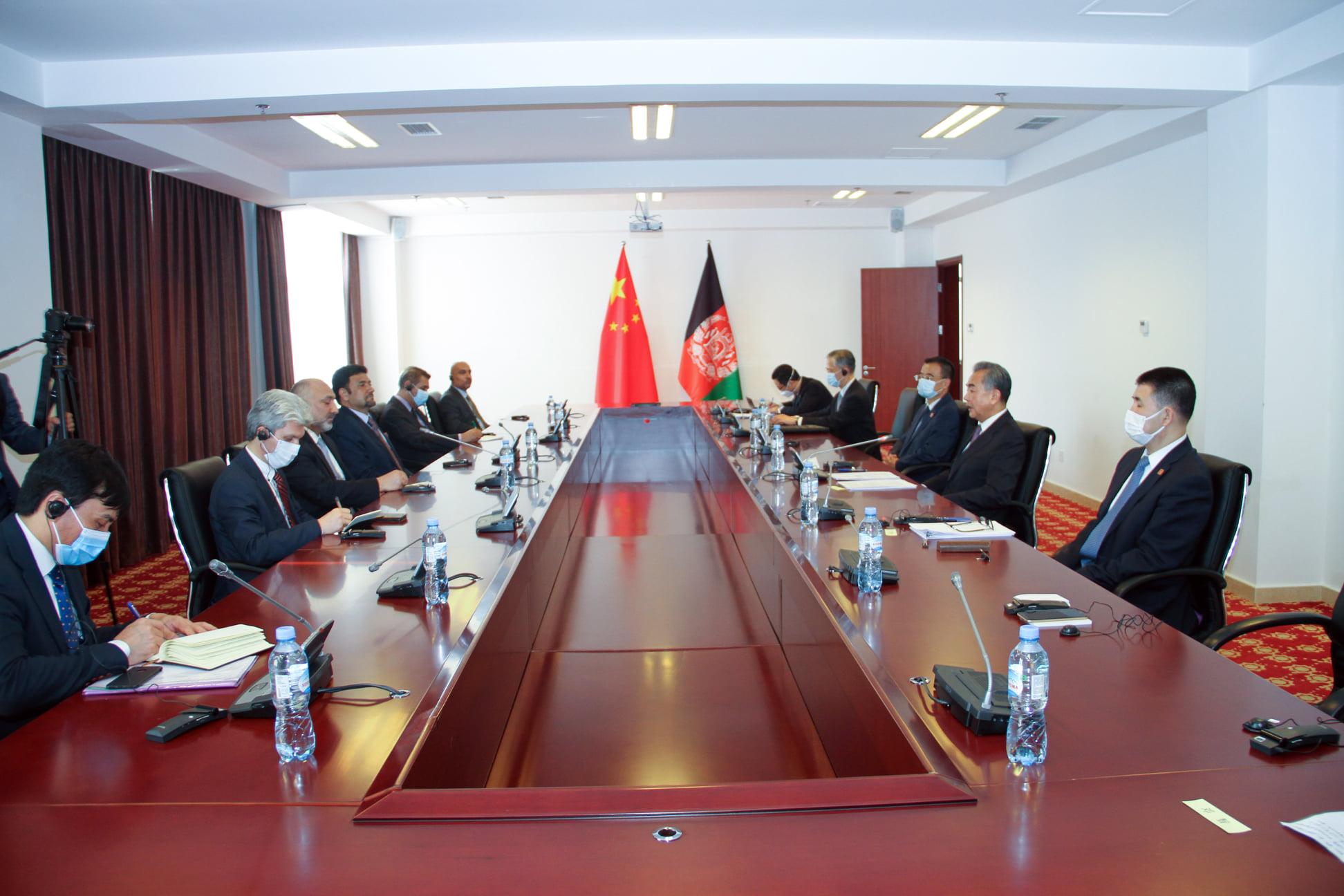 د افغانستان د بهرنیو چارو وزیر له خپل چینايي سیال سره لیدلي