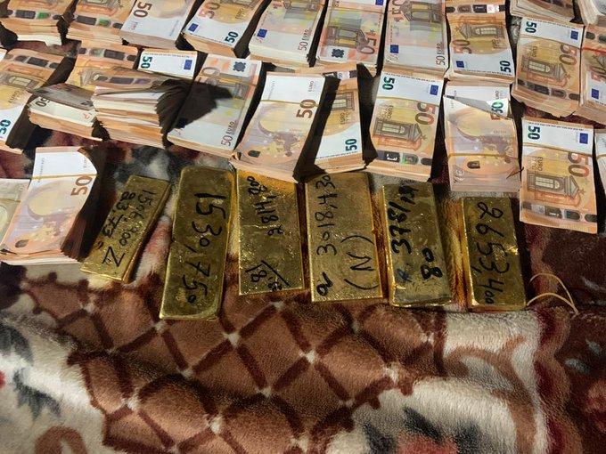 کابل کې پوليسو ۳ تنه د سرو زرو او پیسو د قاچاق په تور نيولي دي