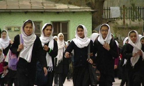 تخارۍ نجونې له تعلیم پاتې شوې؛ طالبان یې مکتب ته نه پريږدي
